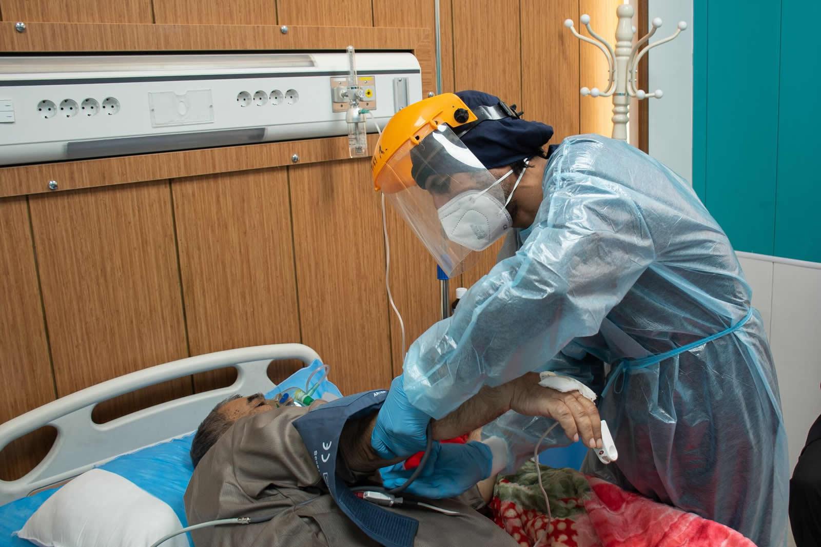 無國界醫生的護理師在金迪醫院,正在確認新冠肺炎患者的狀況。