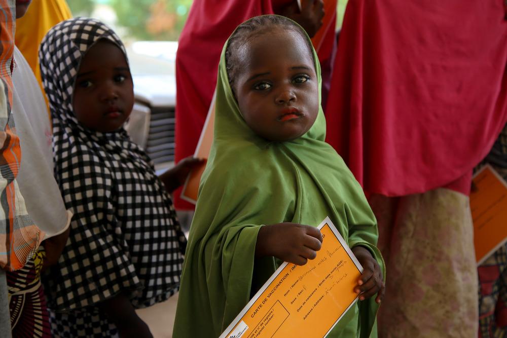 小女孩手持無國界醫生疫苗接種卡 © Igor Barbero/MSF