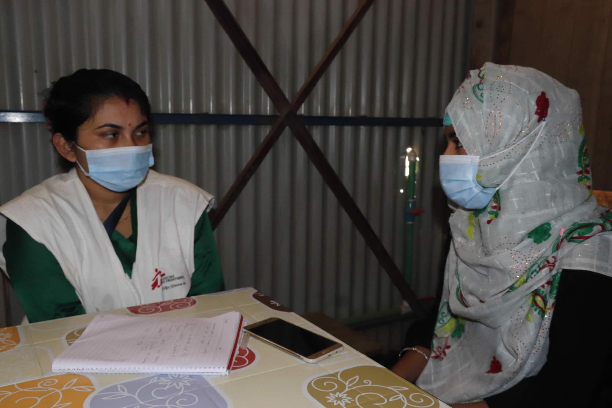 萊拉和MSF工作人員交談中