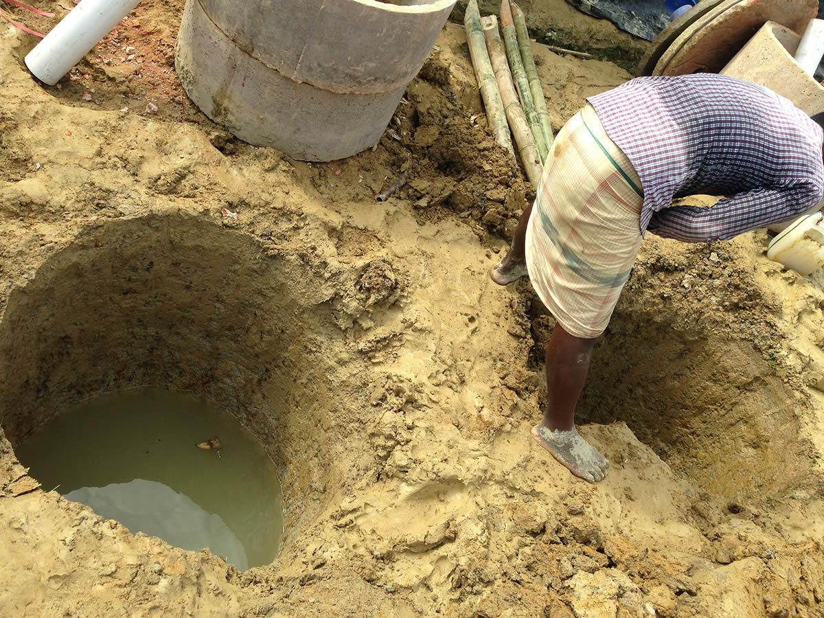 營內的難民自行挖掘水井取水,但水源明顯很骯髒。©Chiu Cheuk Pong