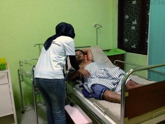 一名無國界醫生助產士正為拉布安衛生中心的一名病人檢驗維生指數。