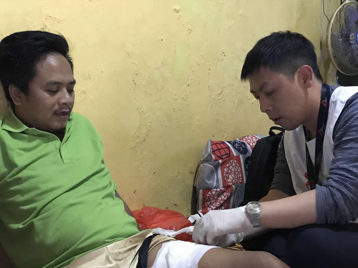 無國界醫生的醫師正幫35歲的普旺托的傷口敷藥。普旺托和妻子是巽他海峽海嘯的生還者。