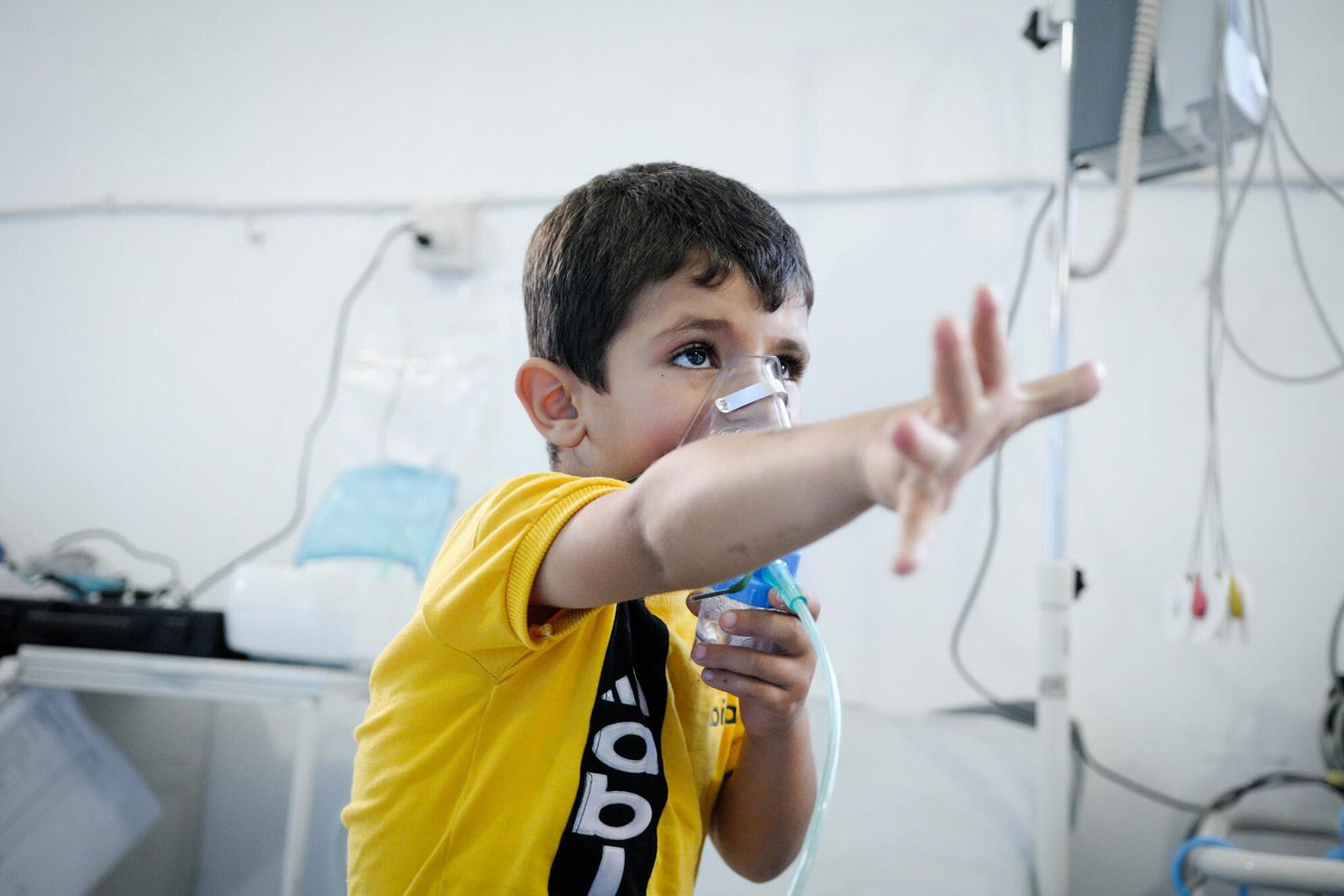 敘利亞,患有氣喘病的男孩無藥可用