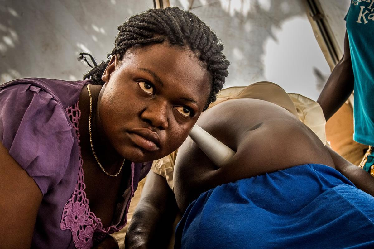 無國界醫生在比迪比迪設有健康中心門診部,一位醫護人員正為一位孕婦診症。© Frederic NOY/COSMOS