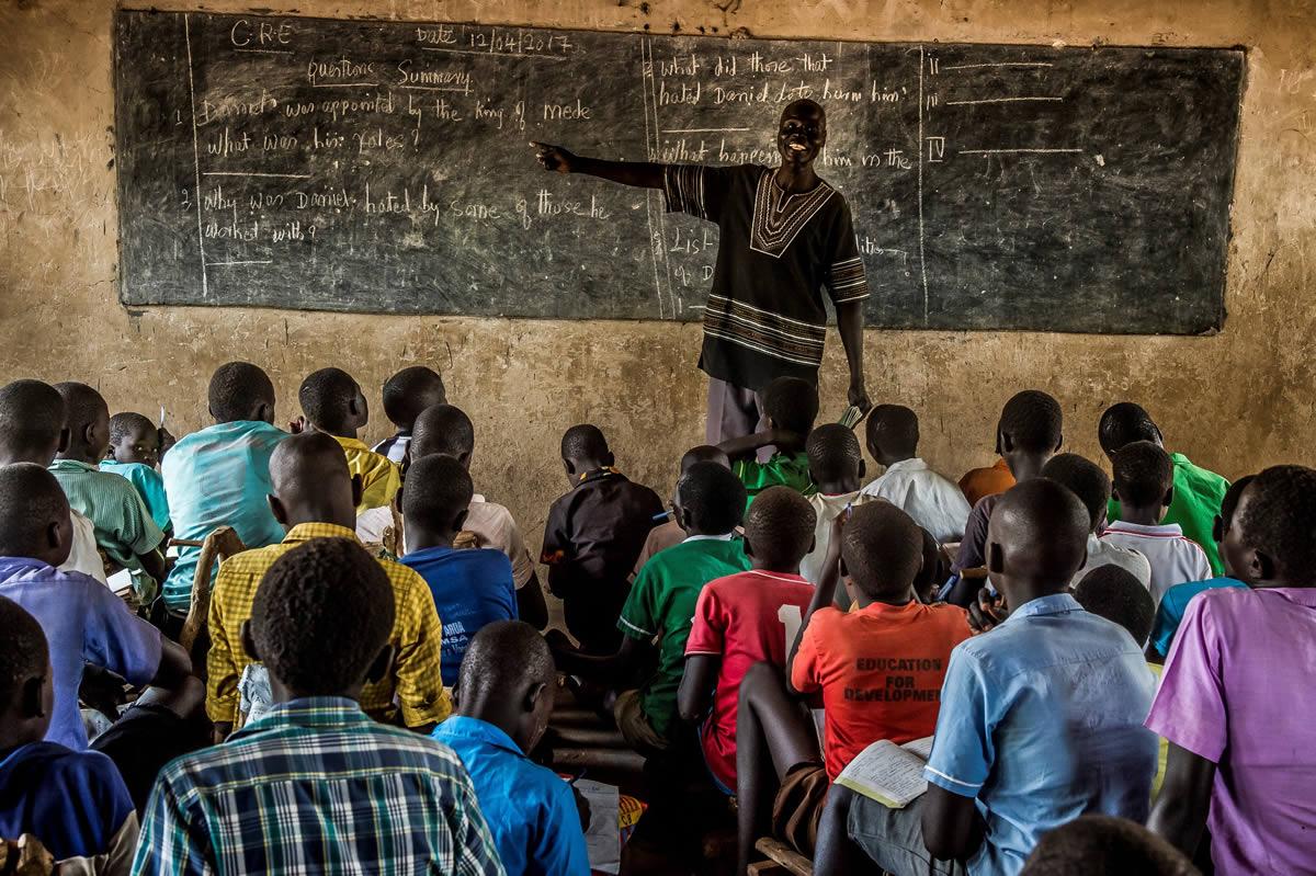 這是比迪比迪的一間小學。這所學校在蘇丹南部爆之前爆發內戰時,大量難民湧入期間建成;它可以容納很多小孩,但不少課室的天花開始剝落,不能使用,迫使老師遷到樹蔭底下為學生授課。© Frederic NOY/COSMOS