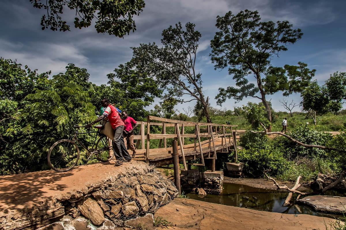 這是主要連接南蘇丹和烏干達邊境的布西亞橋(Busia bridge)。難民們通常會在清晨過橋、將行李藏在邊境的另一面,然後在當天稍後取回。© Frederic NOY/COSMOS