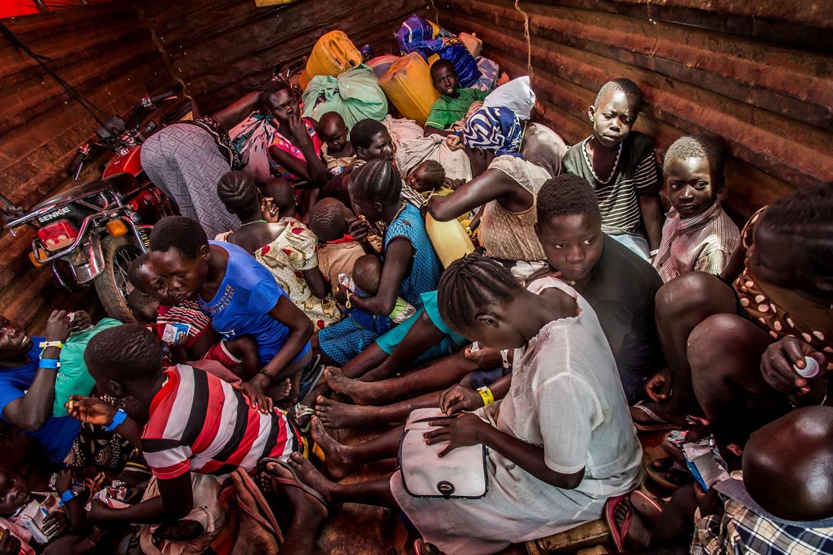 在南蘇丹邊境,聯合國難民署的職員會在不同的邊境集合處替抵達的難民登記、提供糧食,並接載他們到伊姆維皮(Imvepi)的接待中心。這只是漫長旅途中的第一站。© Frederic NOY/COSMOS