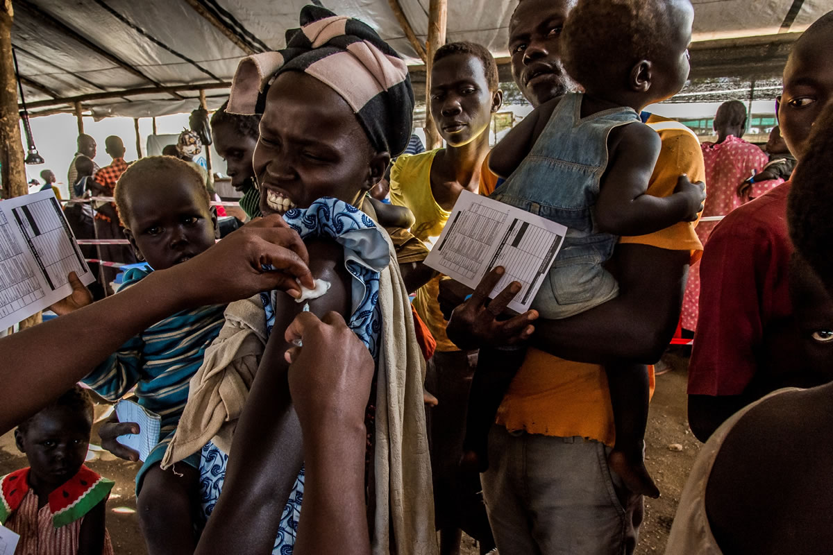 伊姆維皮營地的無國界醫生接待帳蓬是難民抵達後第一個經過的帳蓬,難民會在內接受救援隊的檢查。© Frederic NOY/COSMOS