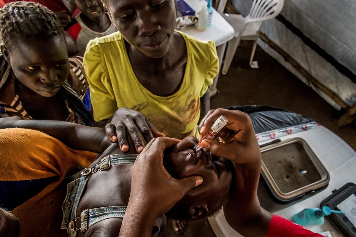 無國界醫生為抵達伊姆維皮營地的難民進行檢查,為小朋友接種疫苗。© Frederic NOY/COSMOS
