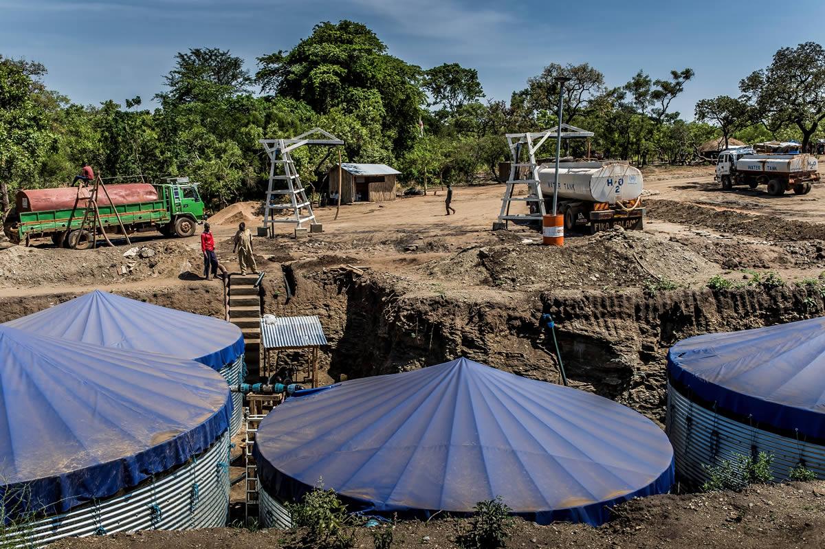 無國界醫生興建自流井應付食水供應。難民營另一挑戰是難民難以獲很安全的食水飲用,無國界醫生繼續加緊發展這方面的工作。© Frederic NOY/COSMOS