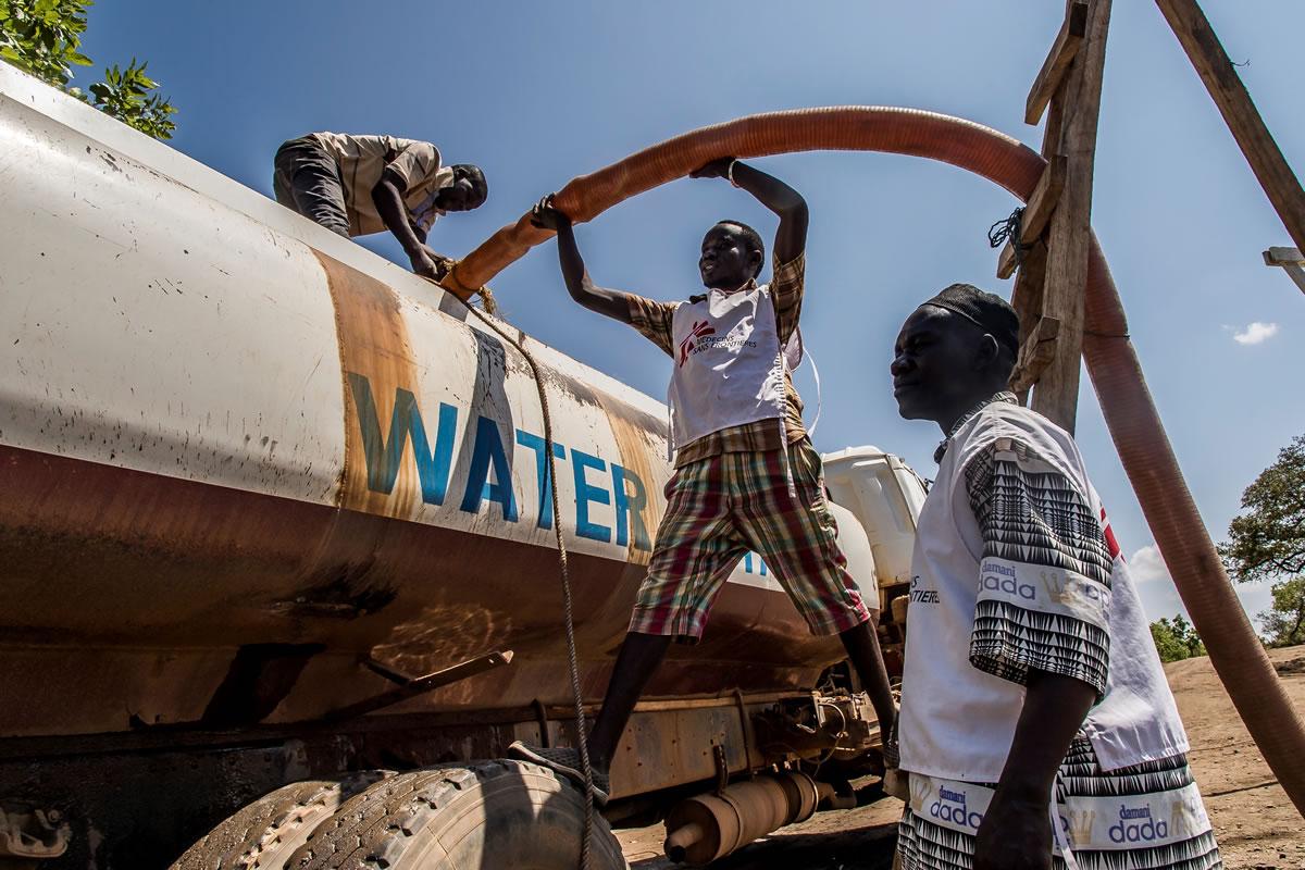 無國界醫生透過多輛水車把食水分給安置區內的難民。© Frederic NOY/COSMOS