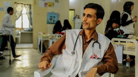 阿茲曼醫生指不少病人都不願意留在醫院完成療程,令他們無法回復健康。© MSF