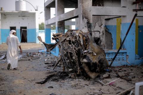 阿卜斯醫院在去年8月遭聯軍空襲擊中,停泊在急診室外的汽車嚴重燒焦。襲擊導致19人死亡,24人受傷。© Rawan Shaif