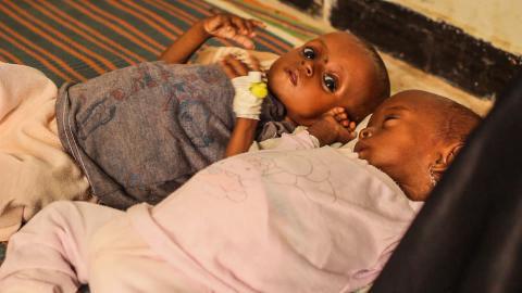 胡笙的兩個孩子都營養不良並缺水,一抵達醫院後,醫護人員便給他們餵奶。© MSF
