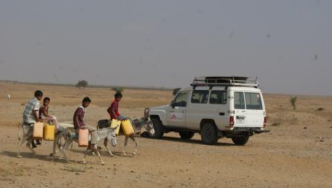 四名兒童正騎驢前去取水。